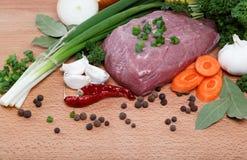 Carne sin procesar, vehículos y especias. Fotos de archivo libres de regalías