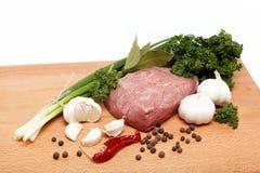 Carne sin procesar, vehículos y especias aislados. Fotos de archivo