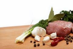 Carne sin procesar, vehículos y especias aislados. Imágenes de archivo libres de regalías