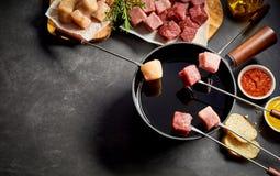 Carne sobre o potenciômetro do molho com espaço da cópia Foto de Stock Royalty Free