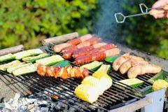 Carne sortido e vegetais no gril do assado Fotografia de Stock