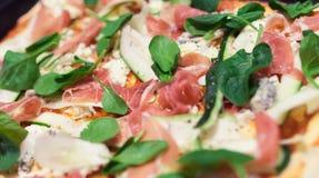 Carne, spinaci con lo zucchini e formaggio su pizza Fotografie Stock Libere da Diritti