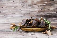Carne spinta, mucca, cervi, bestia selvaggia o carne secca in ciotole di legno su una tavola rustica Fotografia Stock Libera da Diritti