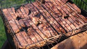 A carne suculenta é fritada no carvão vegetal video estoque