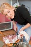 Carne suina del taglio della donna Immagine Stock