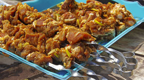 Carne suina sugli screwers pronti per cucinare Fotografia Stock