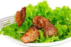 Carne sulla lattuga di foglio sulla zolla Fotografia Stock Libera da Diritti