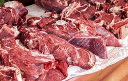 Carne tagliata cruda pronta per la vendita nel mercato degli agricoltori Immagine Stock