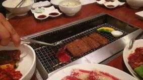 Carne Teppanyaki asado a la parrilla en Japón almacen de metraje de vídeo