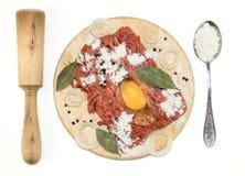 Carne tritata con il eggsrolling-perno ed il cucchiaio su un tagliere Fotografie Stock Libere da Diritti