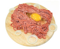Carne tritata con l'uovo e la cipolla sul bordo di legno Immagini Stock