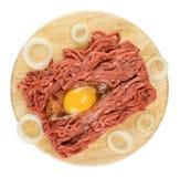 Carne tritata con l'uovo e la cipolla sul tagliere Fotografia Stock Libera da Diritti