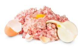 Carne tritata cruda con l'uovo ed aglio e cipolle Immagine Stock