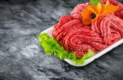 Carne tritata cruda fresca decorata con le verdure ed il picchiettio del ritaglio immagine stock libera da diritti
