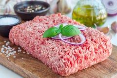 Carne tritata da carne di maiale e da manzo Carne macinata con gli ingredienti per la cottura sul bordo di legno, orizzontale fotografia stock libera da diritti