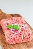 Carne tritata da carne di maiale e da manzo Carne macinata con gli ingredienti per la cottura sul bordo di legno, verticale, spaz fotografia stock libera da diritti