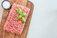 Carne tritata da carne di maiale e da manzo Carne macinata con gli ingredienti per la cottura sul bordo di legno, vista orizzonta immagine stock