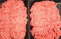 Carne tritata fresca in vassoio nero dello stirene Fotografie Stock Libere da Diritti