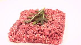 carne tritata per gli hamburger che girano sul bianco archivi video