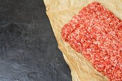 Carne tritata su un fondo nero Posto per il vostro testo Fotografie Stock Libere da Diritti