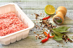 Carne triturada com as especiarias na tabela Imagens de Stock Royalty Free