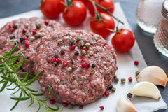 Carne triturada crua do Hamburger com erva e especiaria fotos de stock