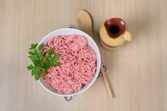 Carne triturada em uma bacia com salsa Fotografia de Stock