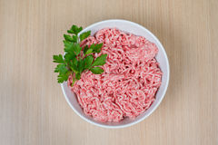 Carne triturada na bacia redonda com salsa Imagens de Stock Royalty Free