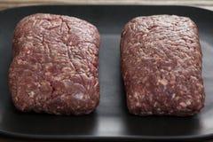 Carne triturada na bandeja de madeira Imagem de Stock