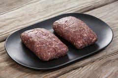 Carne triturada na bandeja de madeira Fotos de Stock