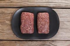 Carne triturada na bandeja de madeira Fotos de Stock Royalty Free