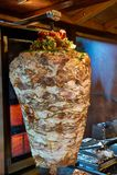 Carne turca tradicional do no espeto do doner em uma grade giratória Imagem de Stock