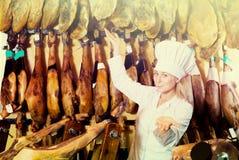 Carne vendedora femenina alegre del prosciutto Fotos de archivo