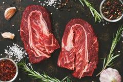 Carne veteada cruda de la carne de vaca con el primer de las especias Visión desde arriba Imágenes de archivo libres de regalías