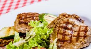 Carne y calabacín asados a la parrilla Fotografía de archivo