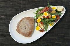 Carne y ensalada Foto de archivo libre de regalías