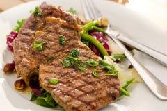 Carne y ensalada asadas a la parrilla Fotografía de archivo libre de regalías