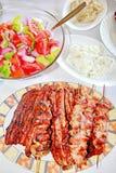 Carne y ensaladas asadas a la parilla variedad Imagen de archivo