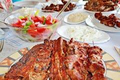 Carne y ensaladas asadas a la parilla variedad Fotos de archivo
