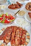 Carne y ensaladas asadas a la parilla variedad Imagen de archivo libre de regalías