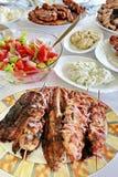 Carne y ensaladas asadas a la parilla variedad Foto de archivo libre de regalías