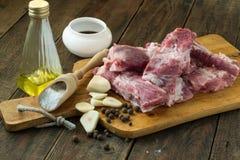 Carne y especias en una tabla de cortar imagen de archivo libre de regalías