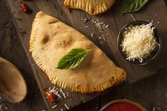 Carne y queso italianos hechos en casa Calzones Foto de archivo