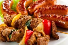 Carne y salchichas asadas a la parilla Fotografía de archivo libre de regalías