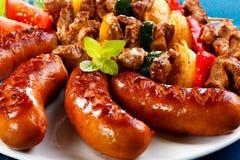 Carne y salchichas asadas a la parilla Foto de archivo libre de regalías