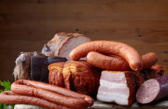 Carne y salchichas fumadas imagenes de archivo