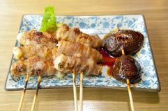 Carne y setas ensartadas japonés Imagenes de archivo