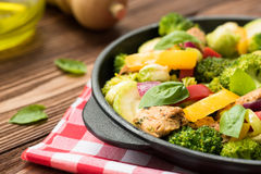 Carne y verduras asadas en un fondo de madera negro Foto de archivo libre de regalías