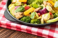 Carne y verduras asadas en un fondo de madera negro Fotos de archivo