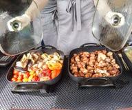 Carne y verduras asadas a la parrilla en una caja Foto de archivo